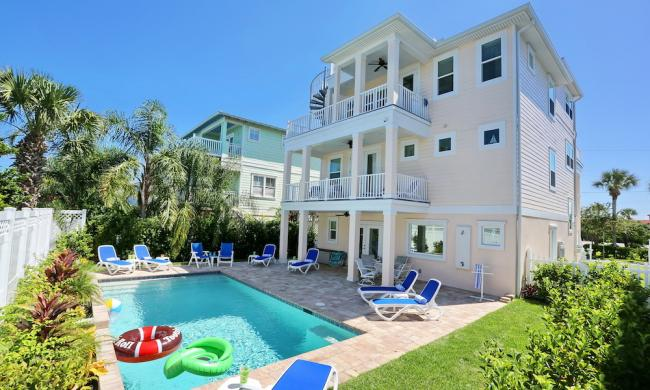 14 F is three stories with relaxing pool and patio