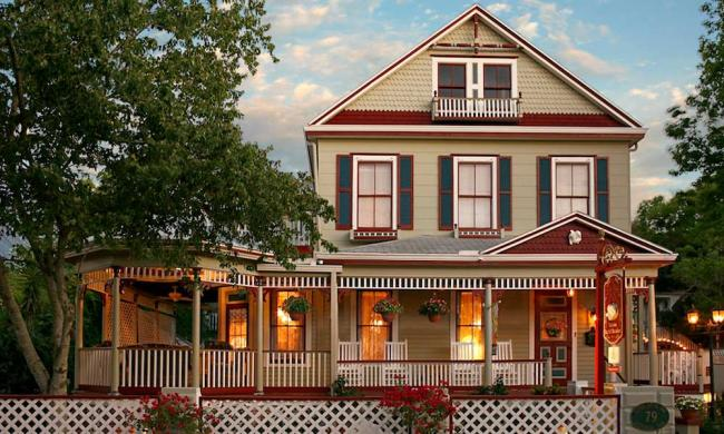 The Cedar House Inn welcomes its guests with charm and elegance.