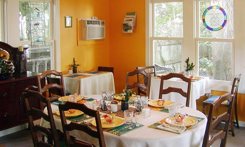 dining room at 44 spanish street bed and breakfast inn